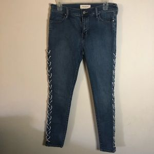 Passing lace up side skinny jeans